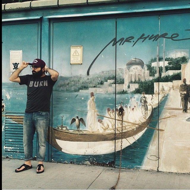 Sokak sanatı ve moda bu fotoğrafta buluşmuş : ) @mremirtanju'nun şehir hayatına uygun, rahat stili haftanın en iyilerinden! #birkenstock #rahat #doğal #natural #organic #stil #moda #summer #fashion #gizeh #streetartistanbul