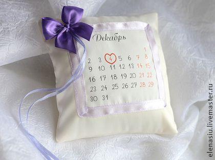 Подушечка для колец с календарем. Подушечка-календарь свадебная. Дата свадьбы выделена сердечком, но можно любой другой символ в зависимости от тематики вашей свадьбы (например, бабочку или яблоко)       Кольца можно надеть на бантик или на ленточки.