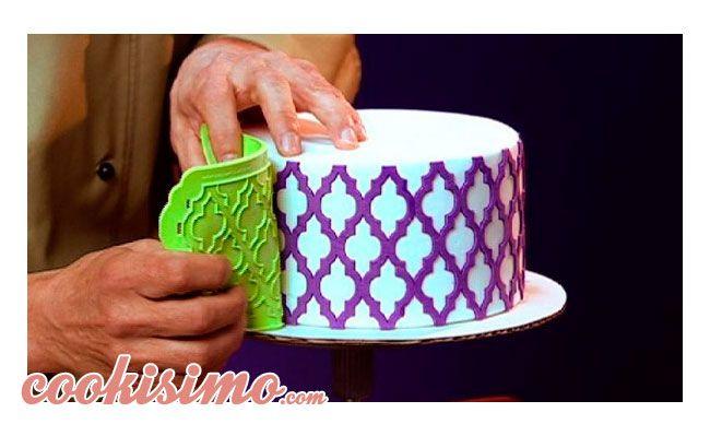 Plantillas Silicone Onlays o 3D Stencil Hoy os traemos una de las herramientas para decorar tartas de fondant más innovadoras del mercado. Estas plantillas son una mezcla entre un molde de silicona de encaje y una plantilla para esténcil. Pero su utilidad es totalmente revolucionaria, permitiendo crear complejos diseños y tartas increíbles. Gracias a esta […]
