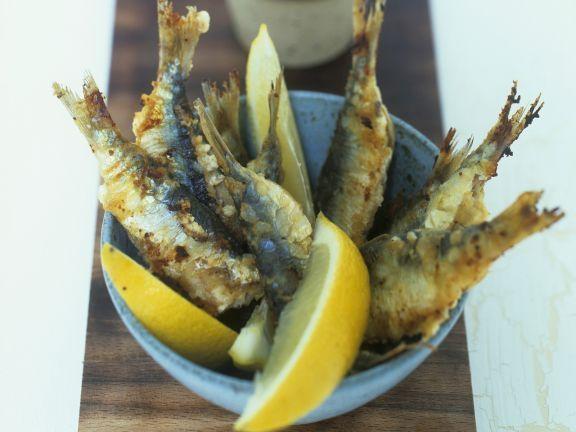 Ausgebackene Sardinen ist ein Rezept mit frischen Zutaten aus der Kategorie Meerwasserfisch. Probieren Sie dieses und weitere Rezepte von EAT SMARTER!