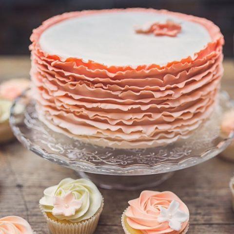 Ooh ik kan er bijna niet naar kijken, want ik heb heel erg zin in een stukje, maar wat was het een mooie en lekkere taart op een nog mooiere dag! #wedding #weddingcake #bruidstaart #weddingspam #bruiloft #zwartfotografie