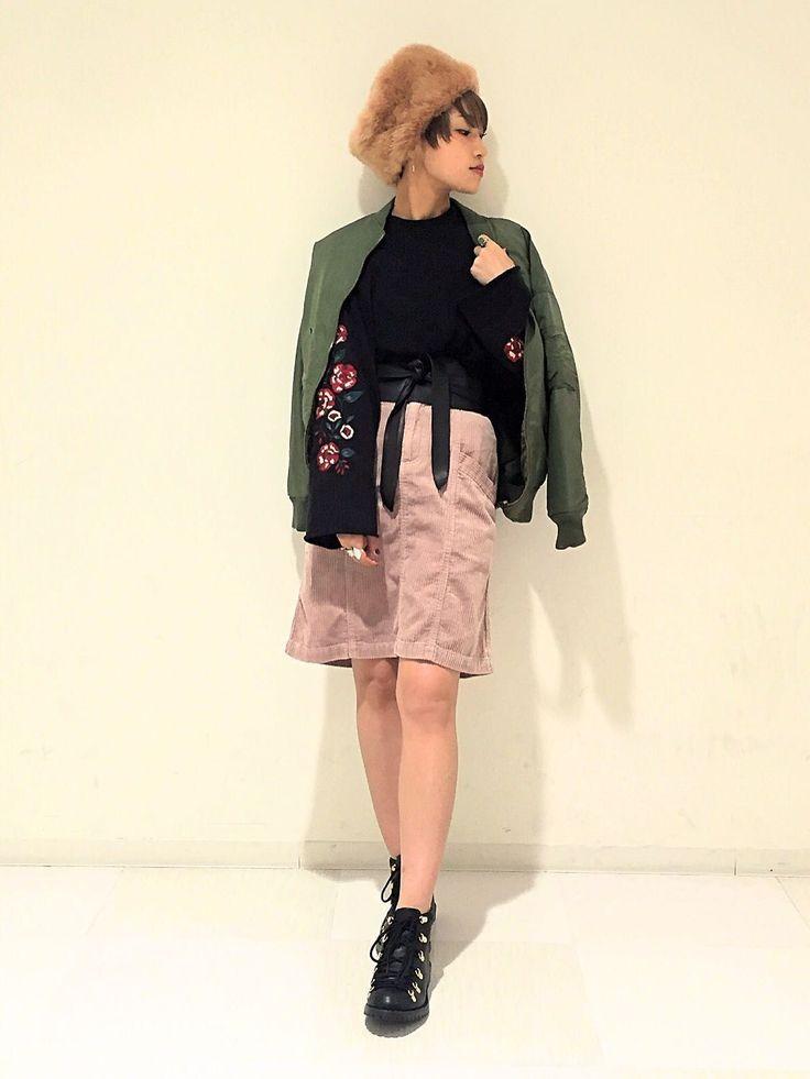 コーデュロイ台形スカート 人気の袖刺繍プルオーバーに、太畝の生地感が秋冬らしいコーデュロイスカートを合わせたコーデ。スカートは丈感が短過ぎないので、色物を選んでも大人っぽく履けて◎。台形のシルエットなので、腰回りや足元もスッキリ見せてくれます。女の子らしいピンクは敢えてカジュアルコーデの差し色に。中綿入りであたたかなブルゾンはカーキを合わせて大人カジュアルに。