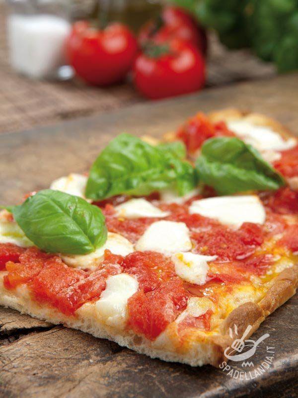 Con questa ricetta regalerete ai vostri cari una pizza a regola d'arte che non farà loro rimpiangere la migliore pizzeria napoletana. Buonissima! #pizzamargherita #pizzaconbufala