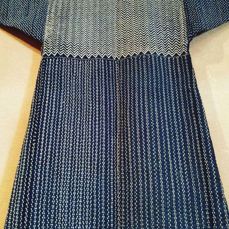 古い刺し子の着物 袖と後身の模様切り替えが美しい一針一針の積み上げ細かくしっかりした手仕事 #刺し子#手仕事#民芸#民藝#倉敷#100パーセントプロジェクト #100percentproject #japanesetraditional #japanesedesign #kimono #sashiko #beautiful #artcraft #traditional