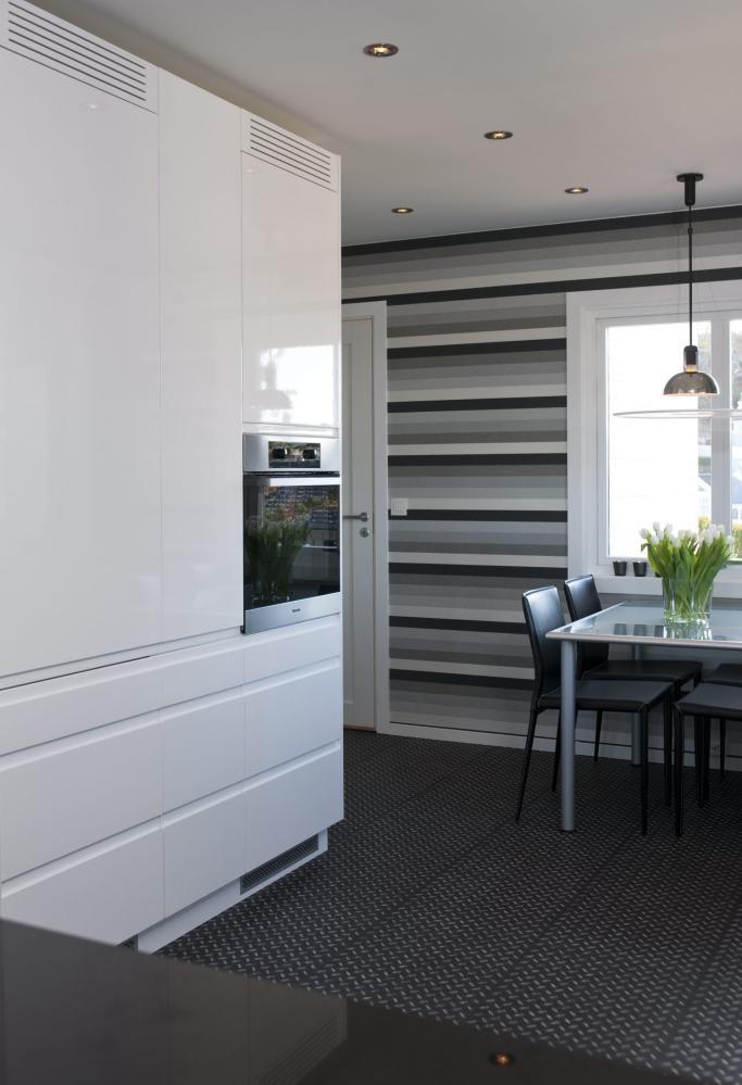 KJØKKENVEGG: Hvitevarer som kjøleskap, fryser og komfyr er samlet i én vegg.