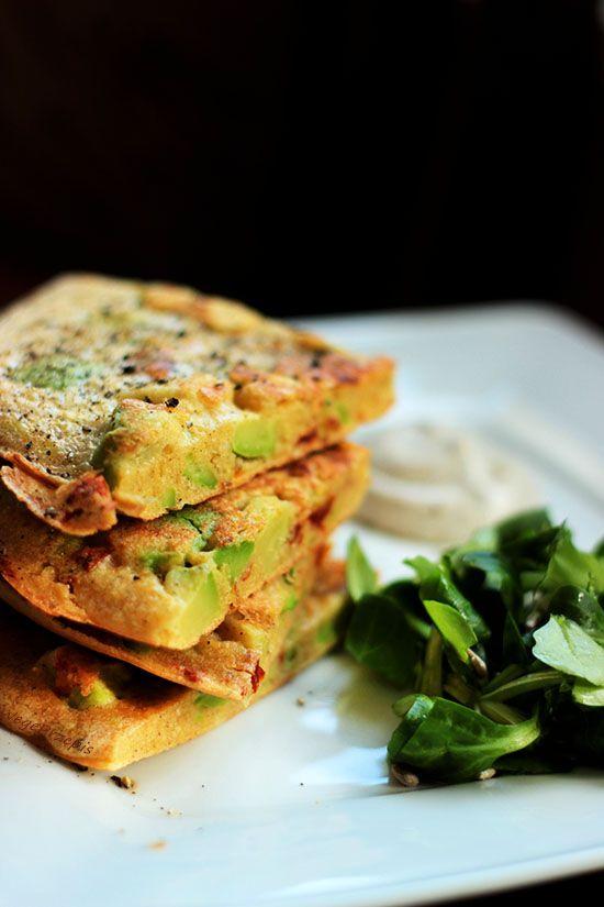 Bezglutenowy omlet jaglany z suszonymi pomidorami i awokado