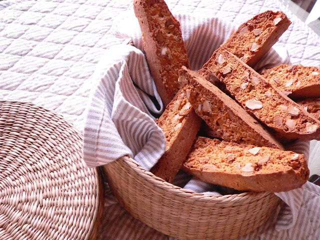 CARQUINYOLIS. Almond biscuits  from Catalonia
