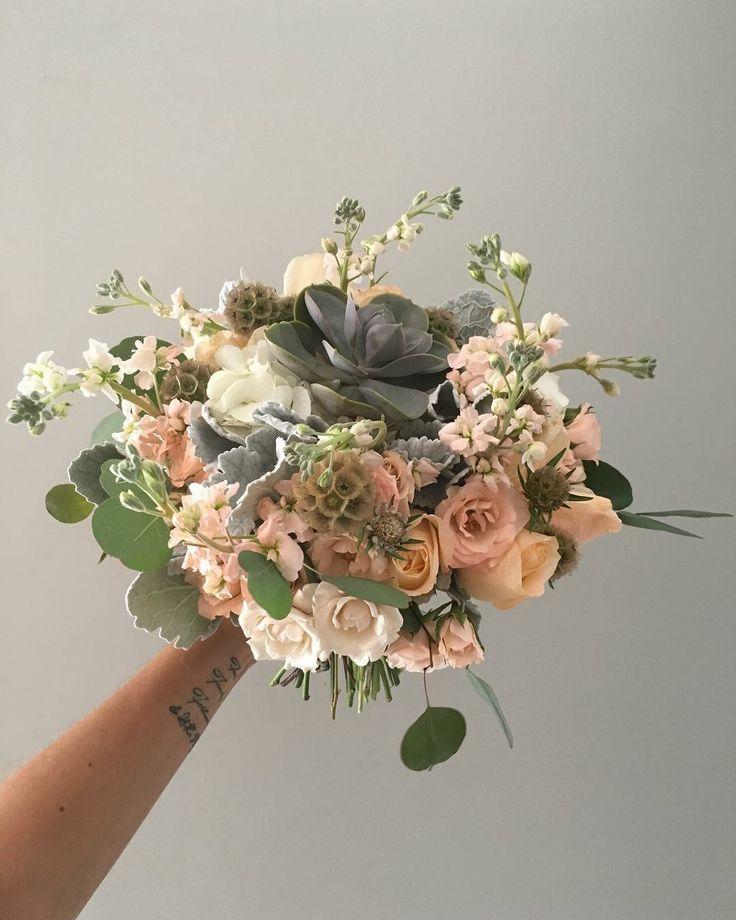CBR475 wedding Riviera Maya peach white flowers bouquet with succulents/ ramo de novia con flores blancas y durazno con suculentas