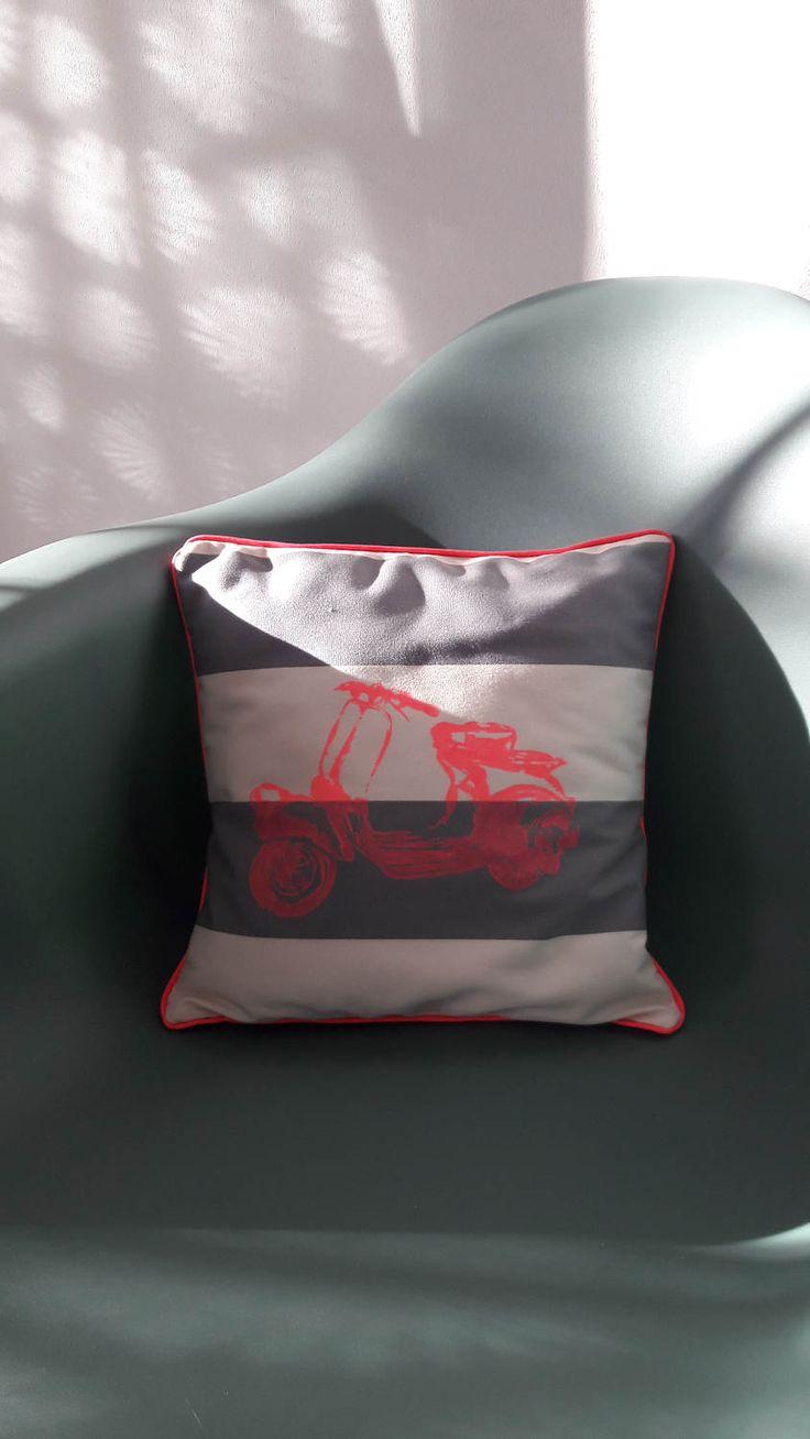 Coussin toile matelas sérigraphie Vespa rose fluo de la boutique LaetitBroc sur Etsy