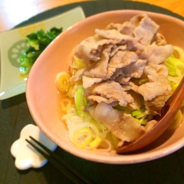 本日の夕飯、ネギたっぷり豚肉スープかけごはん。  10分でできてこの旨さ、ヒガシマルのうどんだし様様だー!°.*\( ˆoˆ )/*.° - 9件のもぐもぐ - ネギたっぷり豚肉スープかけごはん♡ by kyokyomonaka