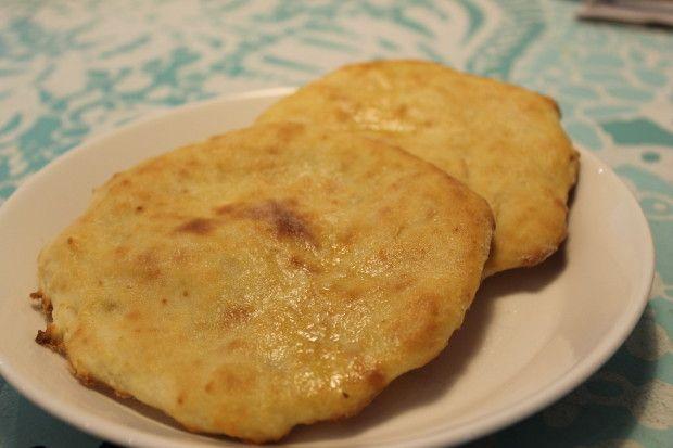 Laitamme usein kotona intialaista ruokaa ja Naan-leipä kuuluu siihen ollennaisena osana. Tämä ohje on niin helppo, että sen voi tehdä vaikka jaloissa pyörisikin pari alle kolmivuotiasta lasta. :)