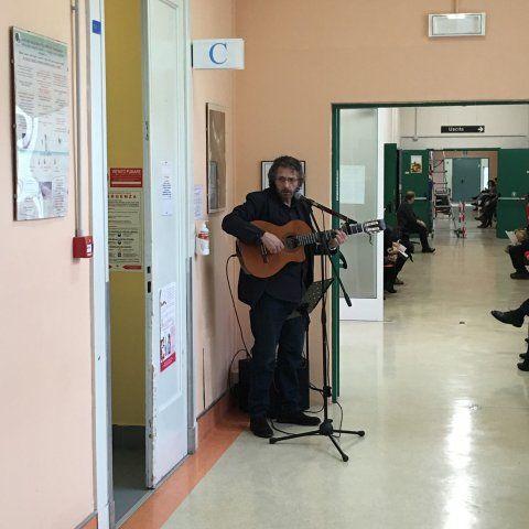 venerdì 12 febbraio. Luigi Antinucci, voce e chitarra