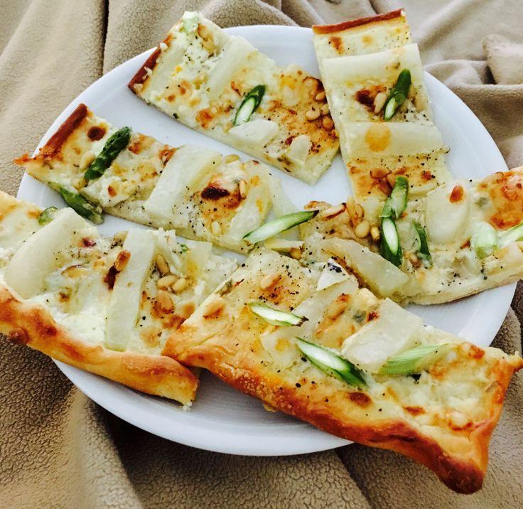 Pizza mit Spargel, Birne Pinienkerne & Gorzonzola