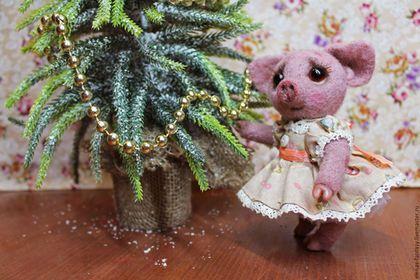 Купить или заказать Свинка тедди Дашенька в интернет-магазине на Ярмарке Мастеров. Свинка-тедди сделана из 100%-ной овечьей шерсти методом сухого валяния. Ручки, ножки и головка двигаются, копытца из полимерной глины, хвостик на проволочном каркасе, пятачок плотный и блестит. Платье и подъюбник сделаны в винтажном стиле, на воротничке и рукавчиках-фонариках - винтажное кружево. Глазки стеклянные с ручной росписью. Свинка умеет стоять с небольшой опорой, сидеть, лежать.