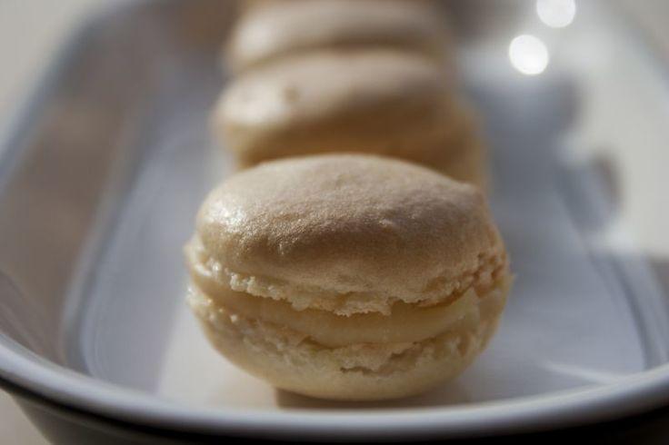 """I macaron sono la soluzione ad ogni problema (tranne al problema """"dieta""""). - Ricetta Dessert : Macaron classici con crema al caramello salato da Colkitchenandphotos"""