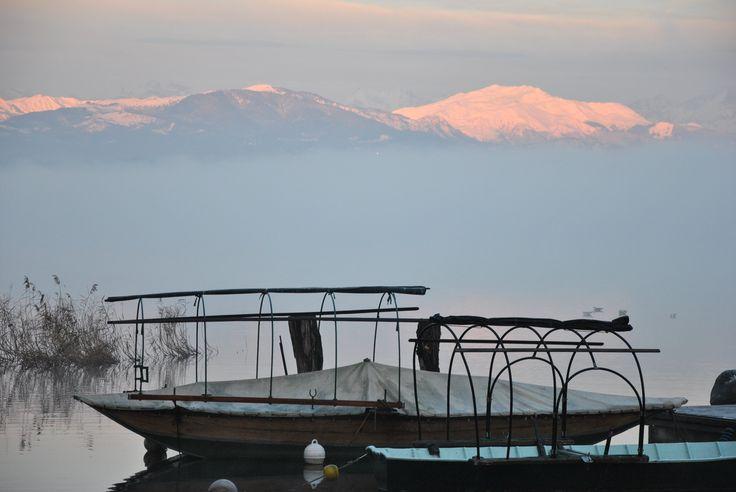 Le barche e le montagne viste dal lago
