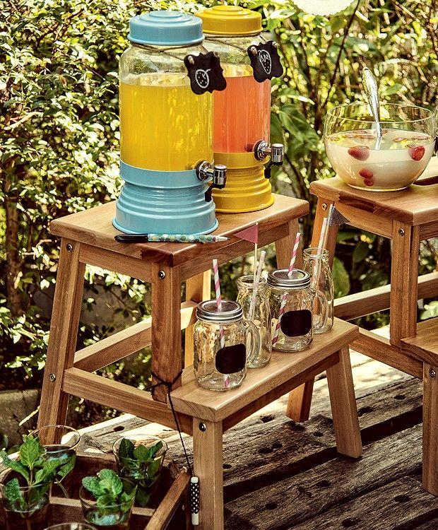 Uma estação de bebidas faz a maior diferença em qualquer festa, principalmente quando tem drinques deliciosos e faz parte da decoração. Quer saber como criar uma? Com truques simples é possível  fazer um cantinho diferente e descolado para seus convidados se servirem. Veja 13 ideias inspiradoras!