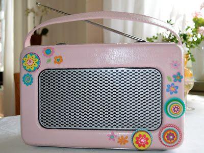 Nymålad gammal radio.