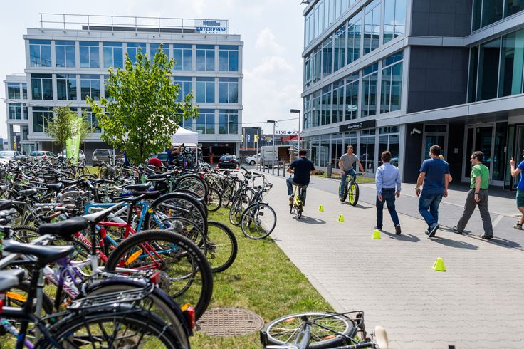 Jeżdżąc do pracy na rowerze, dbasz o środowisko, swoje zdrowie i dobre samopoczucie; nie stoisz w korkach. Nic więc dziwnego, że w ciągu ostatnich lat Polaków ogarnęła prawdziwa roweromania. Tylko w Warszawie od 2011 roku liczba rowerzystów wzrosła trzykrotnie. Trend ten ...