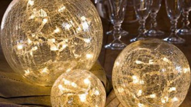 Des boules lumineuses en verre craquelé