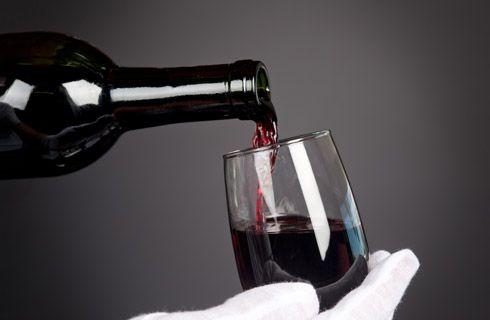 """Και μην ξεχάσετε να γευθείτε το μοναδικό, βραβευμένο Ξινόμαυρο Νάουσας, ένα κρασί ιδανικό για παλαίωση. Αποτελεί Ονομασία Προελεύσης Ανωτάτης Ποιότητος (Ο.Π.Α.Π.), και με ιδιαίτερα χαρακτηριστικά και γεύση που διαμορφώνονται με τη μέθοδο """"blank de noir"""".  Et ne pas oublier de savourer le Xinomavro unique primé Naoussa, un vin idéal pour le vieillissement. Il DOs de haute qualité (OPAP), les caractéristiques et le goût sont formées par la méthode « blanc de noir ».  Und vergessen Sie nicht…"""