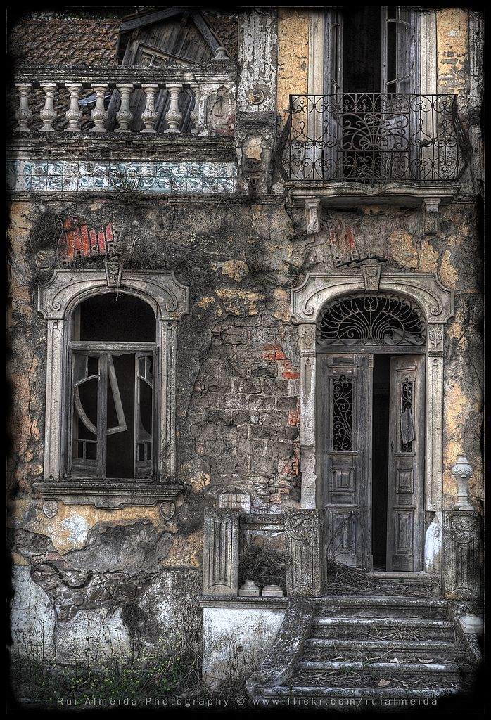 The time consume himself, leaving decaying abandonment and ashes (by Rui Almeida.)