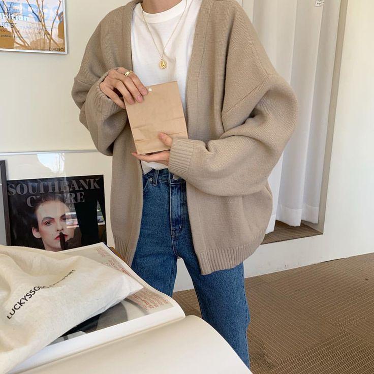 Jeans, weißes T-Shirt, beige Strickjacke – #Beige…