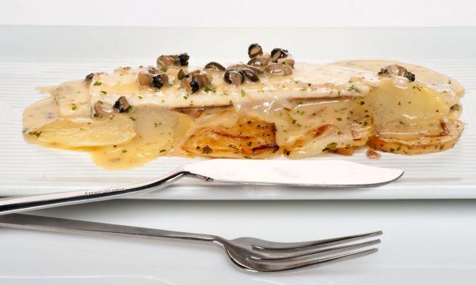 Lenguado al horno con salsa meunière acompañado de patatas y cebolla