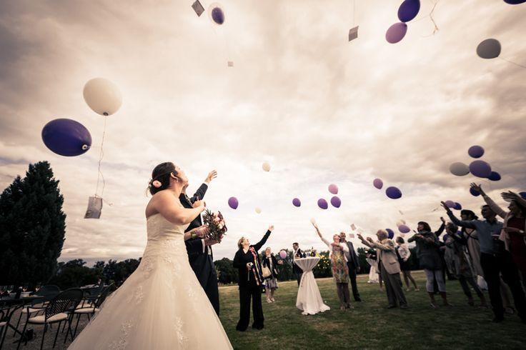 Lâcher de ballons durant l'apéro de mariage