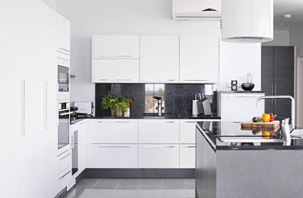 15 ABB-talo, keittiö 1.  Tässä lomakodissa Topin persoonalliset ratkaisut auttavat arkea lomaillessakin. Kolme makuuhuonetta, suuri ja tyylikäs keittiö sekä loistavia säilytysratkaisuja aina eteistä myöten. Erillinen kodinhoitohuone miellyttää arjen keskellä myös lomaa viettäessä. Keittiön ovimalli Loiste MIIL valkoinen.