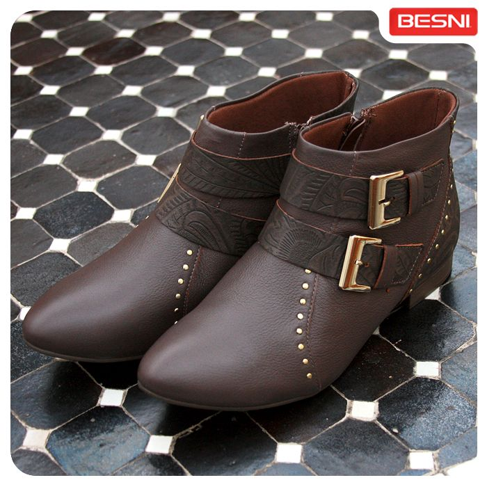 As botas de cano baixo estão lindissímas. O detalhe de fivelas dá um toque especial ao estilo. Que tal conferir essas belezinhas na loja Besni mais próxima de você?! :) #botas #outono #Besni