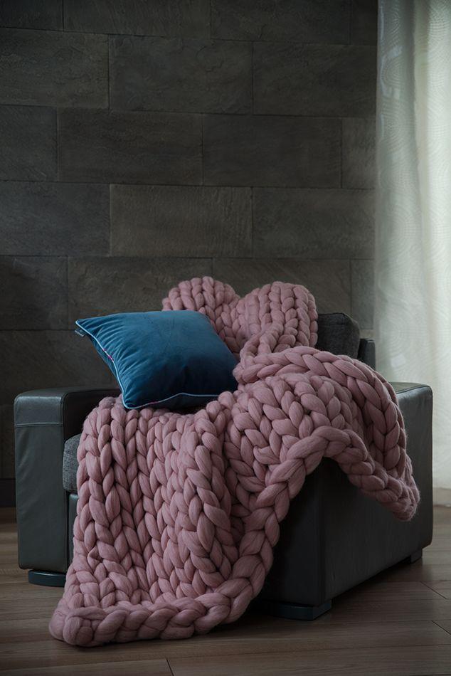Różowy pled z wełny merynosowej to hit tego sezonu/ Chunky knit plaids  made of  merino wool is a hit this season.
