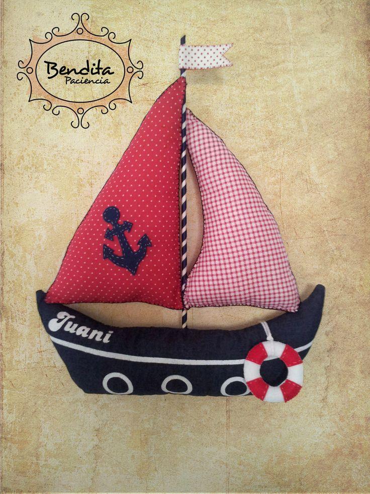 Barco para dormitorio de niño realizado en tela con impresión sobre tela en color blanco y aplicaciones en paño lenci.