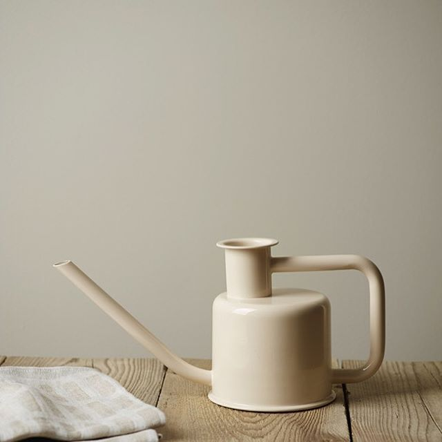 #mulpix Noen valg er enklere enn andre! LADY 394 Varmgrå er en lun og god gråtone for deg som ønsker varme grå farger i interiøret. Sammen med 1352 Form og den nye Washed Linen eller 1376 Frostrøyk er den nydelig. Fungerer utmerket til 1001 Egghvit og 1453 Bomull. #ladyvarmgrå #nyttfargekart #jotunlady #jotun #gråfarger #inspiration #maling