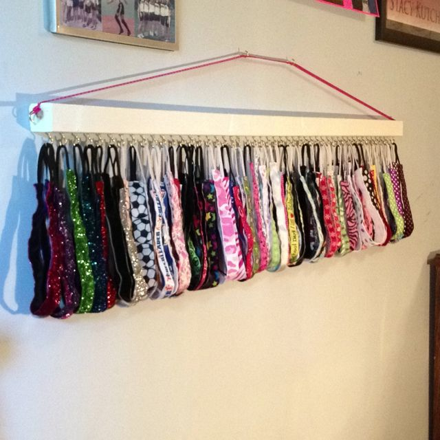 Headband Holder / Organizer. or organize Headbands, Scarves, Mittens, & Hats by attaching curtain rods to the wall with kids items hanging from shower curtain hooks.                                                                                                                                                      Más