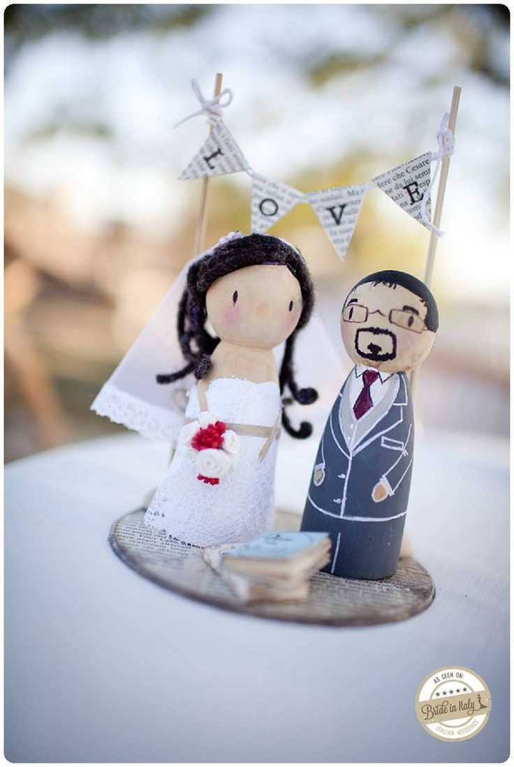 This cake topper by Pink Frilly is just lovely. Ph Infraordinario http://www.brideinitaly.com/2013/01/real-wedding-crafty-chic-per-amanti.html #italianstyle #wedding