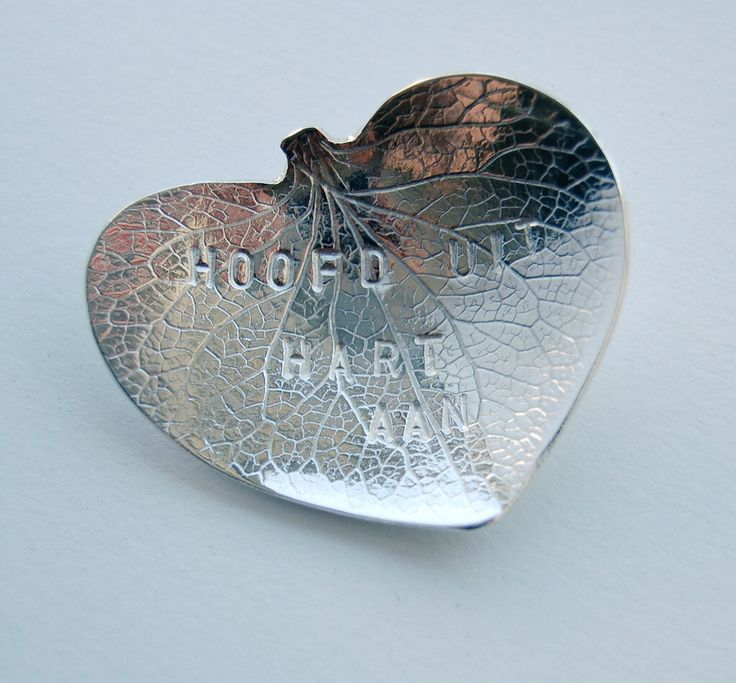 zilveren sieraden van Klaartje van Leeuwen met tekst van Merel Morre