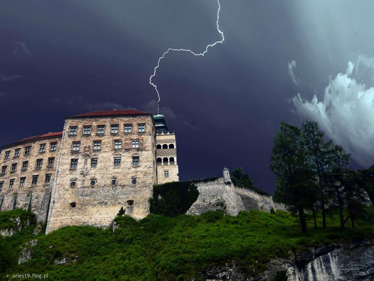 Pieskowa Skała // Do you want to visit Pieskowa Skala? check http://eltours.com/tours-menu/day-trips-from-krakow/jurrasic-national-park-of-ojcow-and-pieskowa-skala-castle-el-tours
