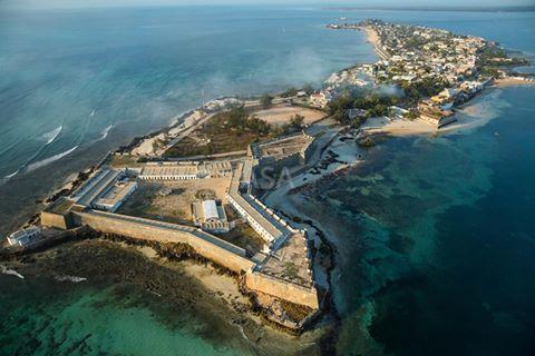 """Vista Aerea da Ilha de Moçambique, .A Ilha de Moçambique é uma cidade insular situada na província de Nampula, na região norte de Moçambique, a qual deu o nome ao país do qual foi a primeira capital. Devido à sua rica história, manifestada por um interessantíssimo património arquitetónico, a Ilha foi considerada pela UNESCO, em 1991 Património Mundial da Humanidade.[1]Arquitectonicamente, a Ilha está dividida em duas partes: a """"cidade de pedra"""" e a """"cidade de macuti""""."""