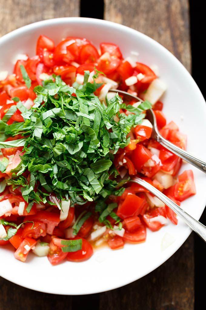 Bruschetta Nudelsalat. Dieses 7-Zutaten Rezept ist super einfach und perfekt für Picknick und Grillen -Kochkarussell.com