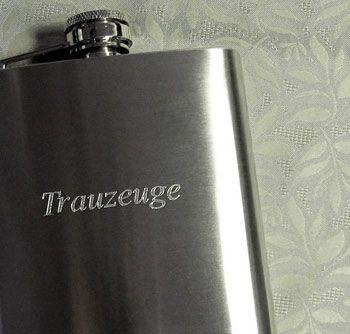 Geschenk für Trauzeugen: Flachmann mit Gravur
