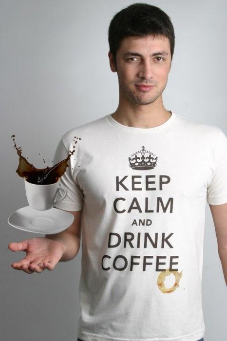 """""""Fique calmo e continue firme"""". Em tempos de Segunda Guerra Mundial, o governo britânico espalhou pelas ruas uma série de cartazes a fim de tranquilizar a população sobre um iminente ataque inimigo. Mais de 60 anos depois, eis que a mensagem volta à tona com força total, mas antes de manter-se firme, tome um café para primeiro manter-se ligado. Fica a dica!    http://chicorei.com/314-keep-calm-and-drink-coffee.html"""