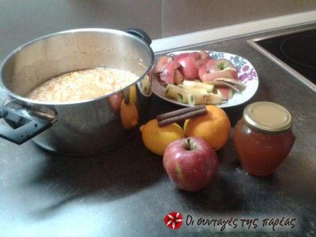 Αυτή τη μαρμελάδα την εμπνεύστηκα από τη μαρμελάδα μήλο της SITRONELLA που μου άρεσε πολύ. Επειδή όμως μεγαλώνοντας αποφάσισα να προσέχω περισσότερο τη διατροφή μου την έκανα λίγο πιο ελαφριά. Αφιερωμένη λοιπόν σε όσους κάνουν διαιτα ή για λόγους υγείας δεν μπορούν να φάνε ζάχαρη. Άνθρωποι ήμαστε κι εμείς ...έχουμε λιγούρες !!