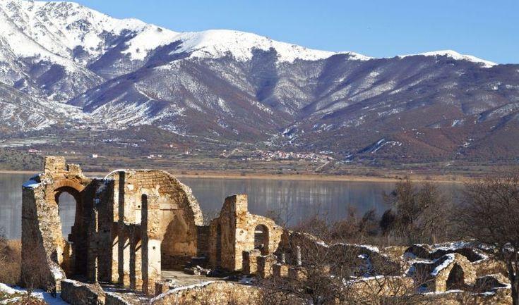 Στη Μακεδονία, ένας απέραντος υδάτινος «καμβάς»: καλαμιώνες, αποδημητικά πουλιά, αρχαίοι οικισμοί, ψαροχώρια και ασκητήρια.