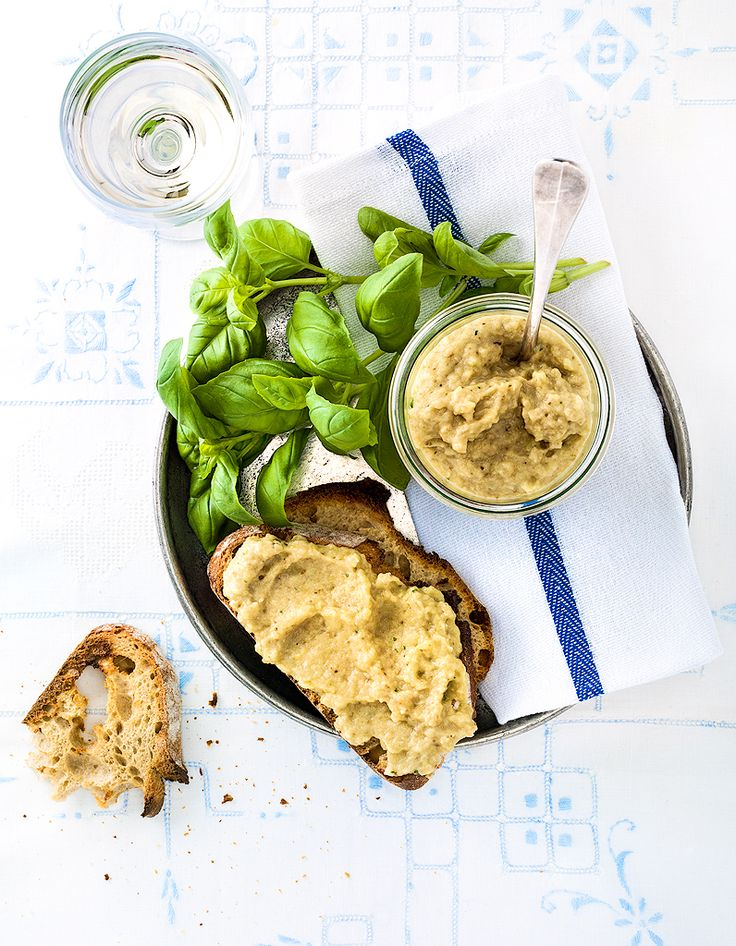 Recette Caviar d'aubergine facile : Préchauffez le four à 240 °C (th. 8).Rincez les aubergines, épongez-les et coupez-les en deux dans la longueur. Dispos...