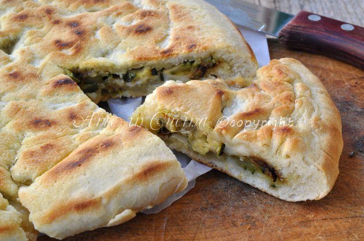 Focaccia in padella con zucchine e mozzarella