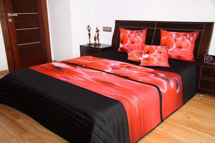Moderní černý přehoz na postel s motivem červených květů