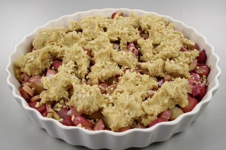 Skyld rabarberne og snit dem. fordel dem i en smurt tærteform ca. 27 cm. i diameter. bland sukker og kartoffelmel blandes og drys det over rabarberne. <BR> <BR> Sættes i ovnen ved 200 grader C alm