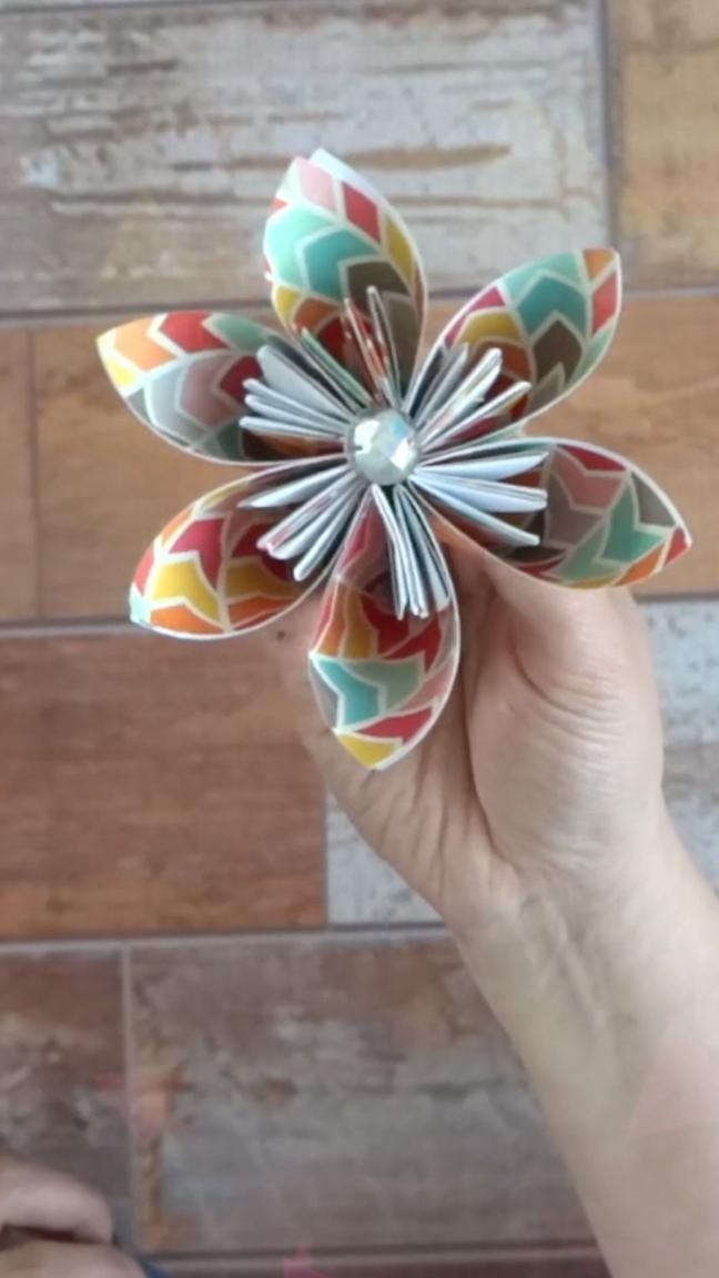 Hoy te enseño a hacer un bouquet de flores de papel hechos con la técnica de Origami. Te va a encantar! Si quieres ver el video completo dale click en el enlaceHoy te enseño a hacer un bouquet de flores de papel hechos con la técnica de Origami. Te va a encantar! Si quieres ver el video completo dale click en el enlace Diy Plastic Bottle, Chakras, Quilling, Victoria, Random, Tips, Flowers, Inspiration, Creative Gifts