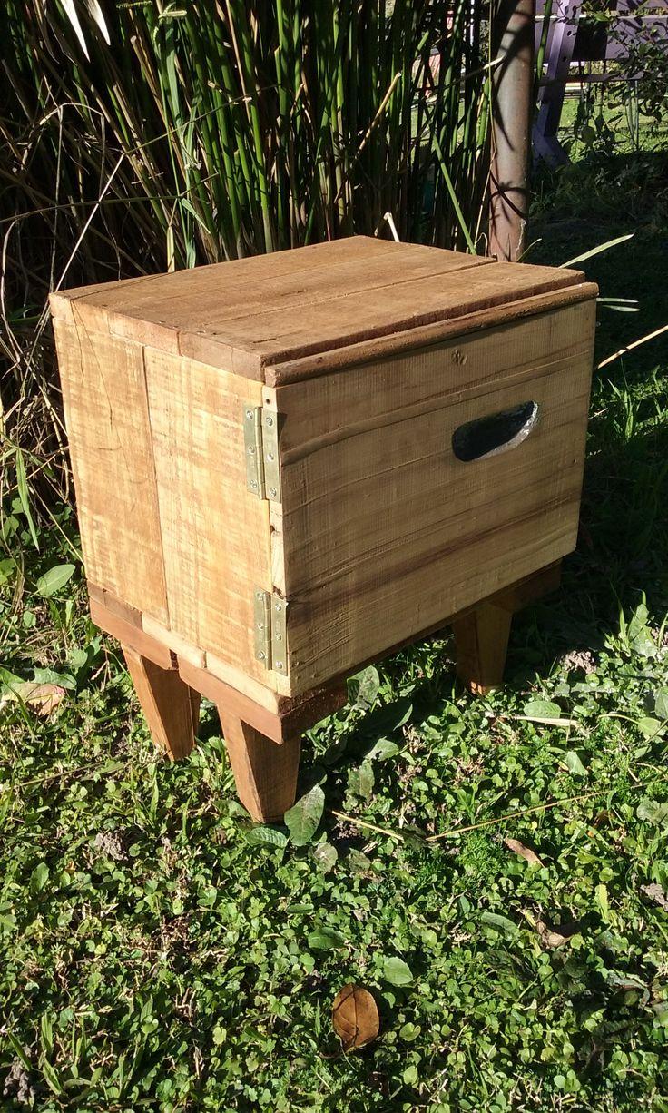 Mueble hecho con maderas reciclada de palets y colmenas.
